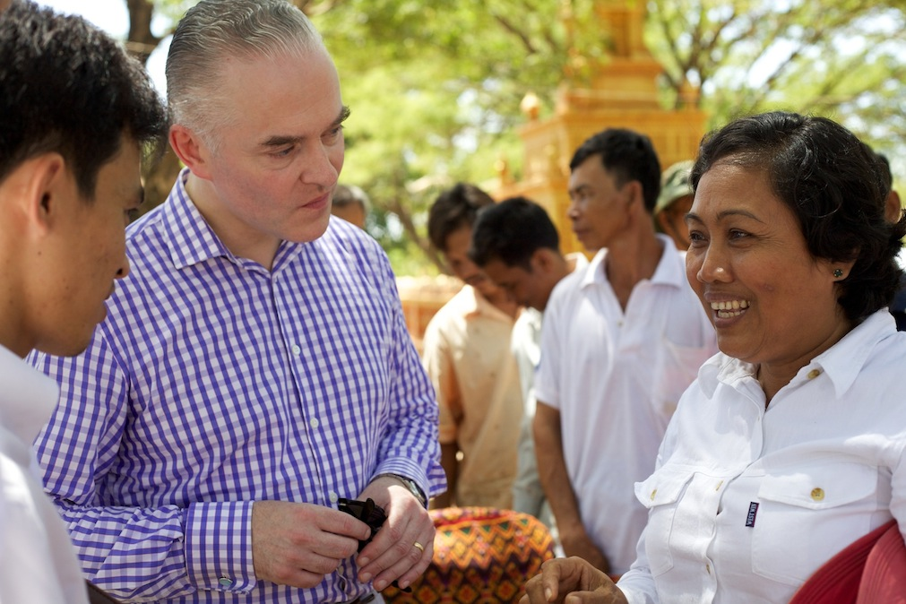 International Co-Prosecutor Andrew Cayley meets with Khmer Krom survivors at a forum organized by DC-Cam in June 2010 (Photo by Rothany Srun).